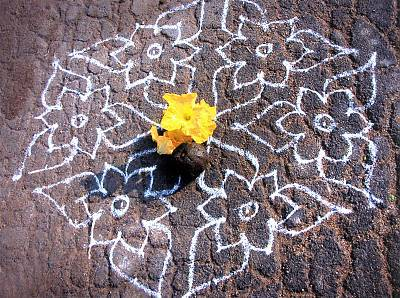 kolam-with-pumkin-flower-on-a-blob-of-cow-dung